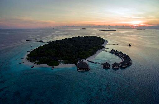 Inselübersicht bei Sonnenuntergang, Adaaran Prestige Meedhupparu Water Villas, Maldives