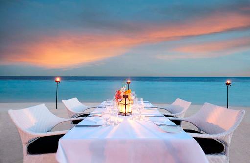 Romantisches Beach Dinner Amari Havodda Maldives