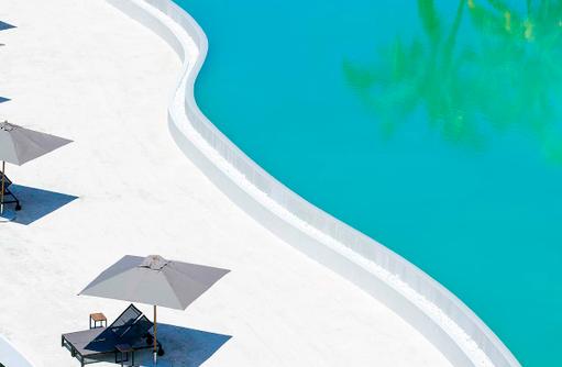 Pool, Sonnenliege, Amilla Fushi, Malediven