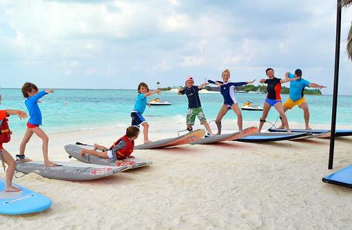 Surfen für Kinder im Anantara Dhigu, Maledives