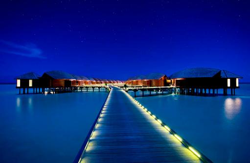 Blick auf die Wasservillen bei Nacht, Anantara Dhigu, Maledives