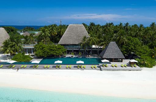 Blick auf Poolarea am Strand, Anantara Kihavah Villas, Maldives