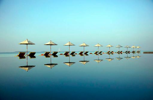 Hauptpool mit Sonnenliegen, Anantara Kihavah Villas, Maldives