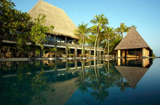 Pool mit Palmen, Anantara Kihavah Villas, Maldives
