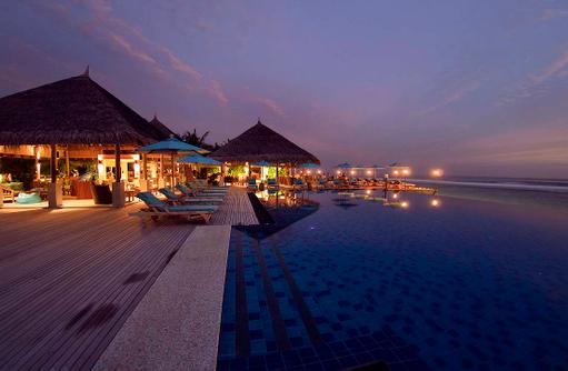 Dhoni Bar und Pool bei Nacht, Anantara Veli Maldives Resort