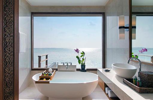 Deluxe Over Water Pool Bungalow, Badezimmer, freistehende Badewanne, Anantara Veli Maldives Resort