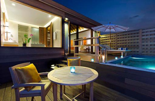 Deluxe Over Water Pool Bungalow, Terrasse mit Infinity Pool am Abend, Anantara Veli Maldives Resort