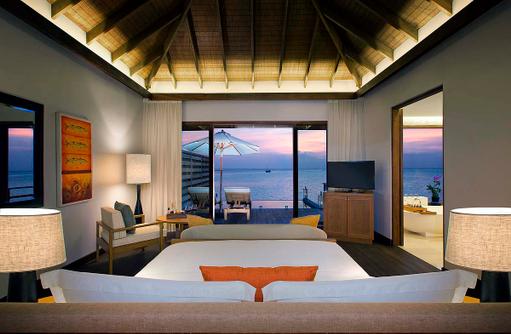 Deluxe Over Water Pool Bungalow, Abendstimmung, Schlafzimmer, Infinity Pool, Anantara Veli Maldives Resort