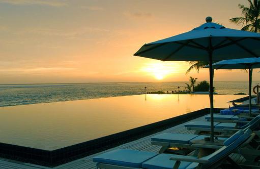 Pool bei Sonnenuntergang, Infinity Pool, Anantara Veli Maldives Resort