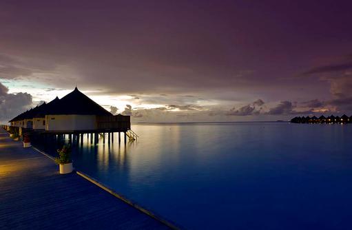 Superior Water Bungalows am Abend, Angaga Island Resort & Spa, Maldives