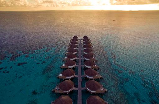 Superior Water Bungalows, Drohnenaufnahme, Sonnenuntergang, Angaga Island Resort & Spa, Maldives