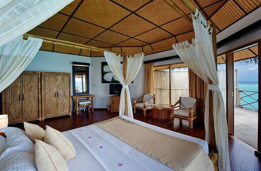 Superior Water Bungalow, Schlafzimmer, Blick auf das Meer, Angaga Island Resort & Spa, Maldives