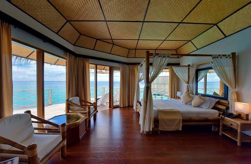 Superior Water Bungalow, Schlafzimmer, Sonnenterrasse, Angaga Island Resort & Spa, Maldives