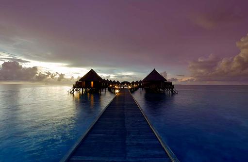 Steg zu den Water Bungalows am Abend, Angaga Island Resort & Spa, Maldives