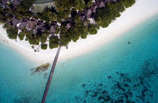 Blick von oben auf Beach Bungalows und Tennisplatz, Angaga Island Resort & Spa, Maldives