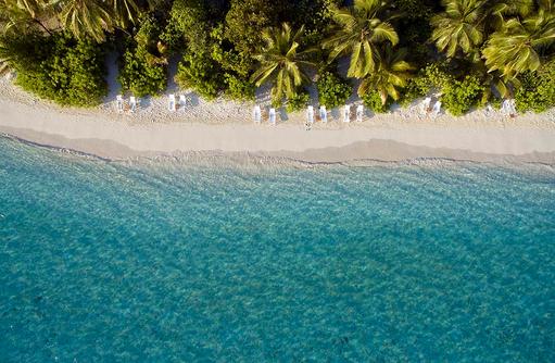 Blick von oben auf Strand und Liegen, Angaga Island Resort & Spa, Maldives