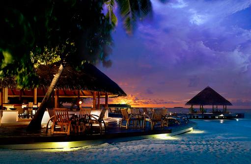 Velaavani Bar zum Sonnenuntergang, Angsana Ihuru, Malediven