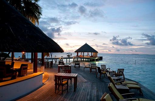 The Velaavani Bar zur Dämmerung, Angsana Ihuru, Malediven