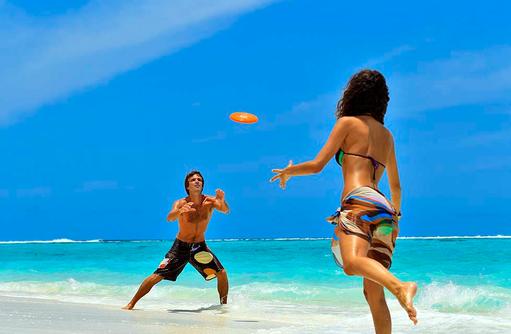 Frisbee am Strand, Angsana Velavaru, Malediven