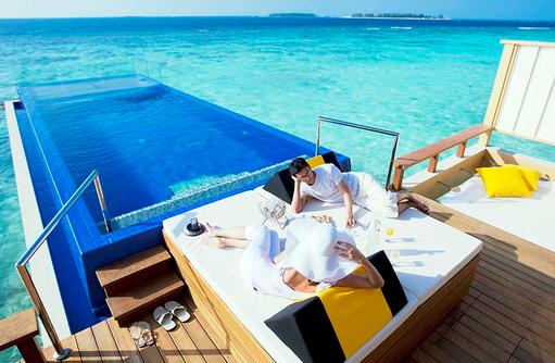 Sunbed am Pool der InOcean Villa, Angsana Velavaru, Malediven