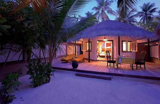 Deluxe Beachfront Villa am Abend, Angsana Velavaru, Malediven