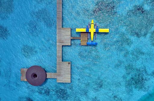 Vogelperspektive Wasserflugzeug am Steg, Atmosphere Kanifushi Maldives