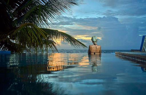Pool bei Sonnenuntergang, Bandos Maldives