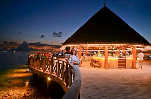 Huvan Restaurant beleuchtet am Abend, Bandos Maldives