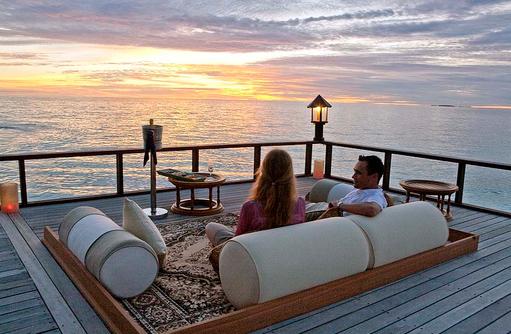 Cocktail zum Sonnenuntergang, Relax, Banyan Tree Vabbinfaru, Malediven