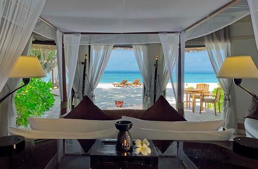 Schlafzimmer mit Blick auf das Meer, Beachfront Pool Villa, Banyan Tree Vabbinfaru, Malediven