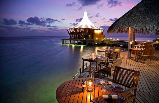 Blick vom Cayenne Grill Restaurant auf The Lighthouse Restaurant, Baros Maldives
