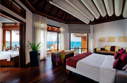 Water Villa, Badezimmer und Schlafzimmer mit Meerblick, Baros Maldives