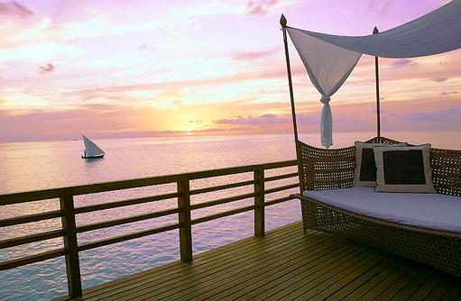Water Villa, Sonnendeck mit Daybed zum Sonnenuntergang, Baros Maldives