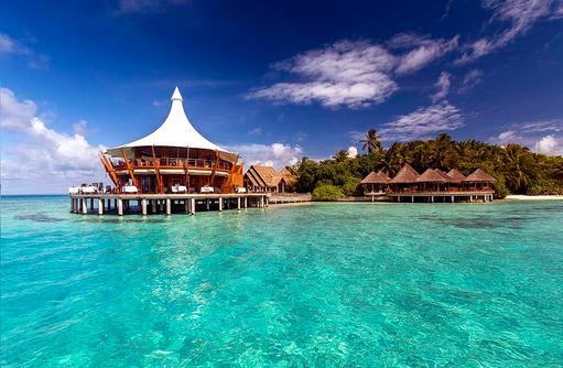 Blick auf die Restaurants vom Meer aus, Baros Maldives