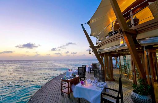 The Lighthouse Restaurant, Terrasse, Dämmerung, Baros Maldives