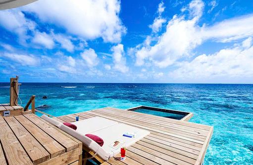 Deluxe Water Villa, Sonnendeck, Hängematte, Centara Grand Island Resort & Spa, Malediven