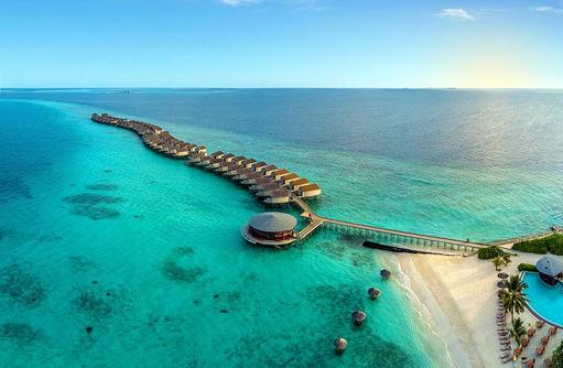 Blick auf die Water Villas und Viu Bar, Centara Ras Fushi Resort & Spa, Maldives
