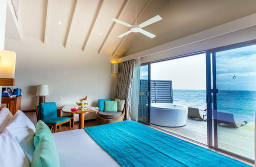Deluxe Spa Over Water Villa, Schlafzimmer mit Blick auf das Meer, Centara Ras Fushi Resort & Spa, Maldives