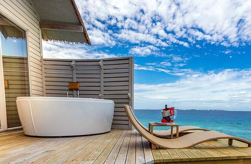 Deluxe Spa Over Water Villa, Sonnendeck mit Whirlpool, Centara Ras Fushi Resort & Spa, Maldives