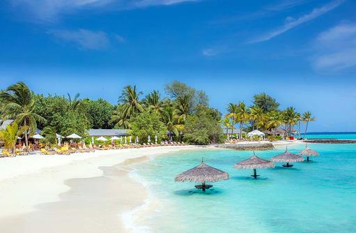 Blick vom Meer auf den Strand, Pavillons im Wasser, Centara Ras Fushi Resort & Spa, Maldives