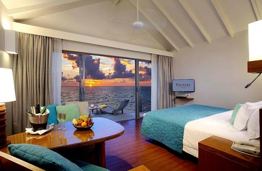Deluxe Sunset Water Villa, Schlafzimmer, Sonnenuntergangsstimmung, Centara Ras Fushi Resort & Spa, Maldives