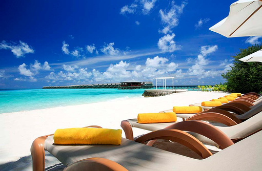 Liegen am Strand, Centara Ras Fushi Resort & Spa, Maldives