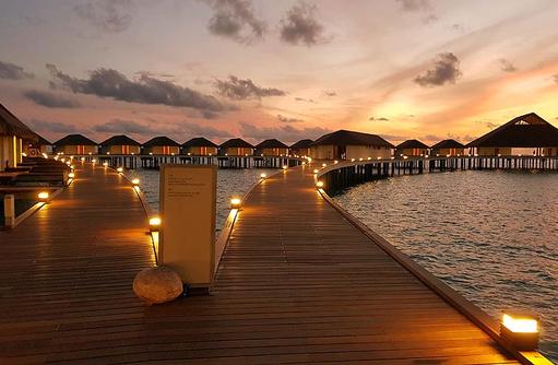 Steg zu den Water Bungalows | Cinnamon Velifushi Maldives
