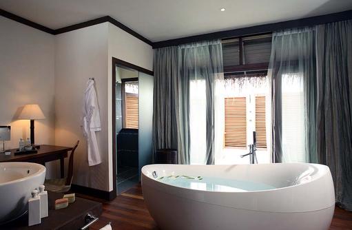 Badezimmer einer Water Villa, Coco Bodu Hithi, Maledives