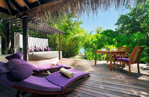 Island Villa Sonnendeck mit Daybed, Liegestühlen und Zugang zum Strand, Coco Bodu Hithi, Maledives