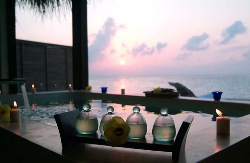 Luxusbad unter freiem Himmel im Coco Spa, Coco Bodu Hithi, Maledives