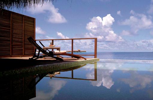 Sonnendeck und Infinity Pool einer Water Villa, Coco Bodu Hithi, Maledives