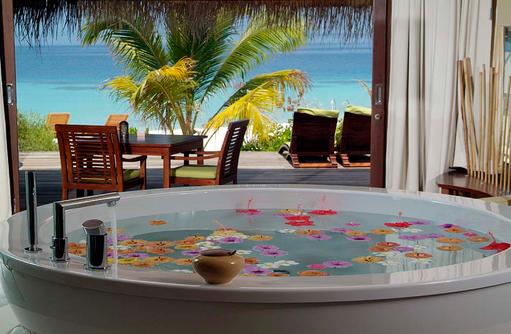Badwanne mit Blick auf die weite des Ozeans, Coco Bodu Hithi, Maledives