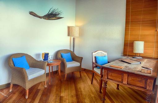 Sitzecke und Schreibtisch einer Lagoon Villa, Coco Palm Dhuni Kolhu, Malediven