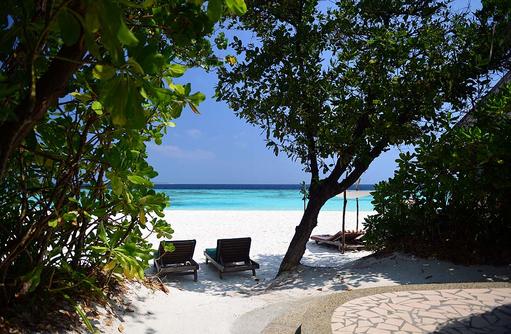 Strand mit Liegestühlen einer Deluxe Villa, Coco Palm Dhuni Kolhu, Malediven